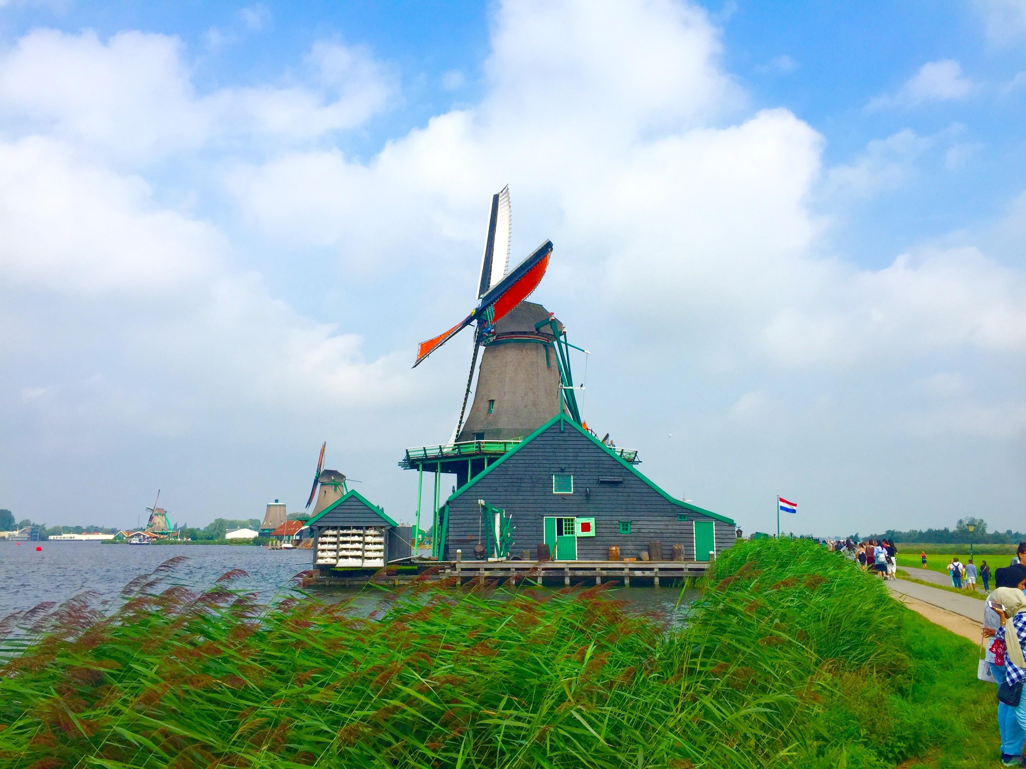 アムステルダムに行くなら是非一足伸ばしてザーンセ・スカンス(zaanse schans)も訪問しよう!現役の風車が見られる風車村