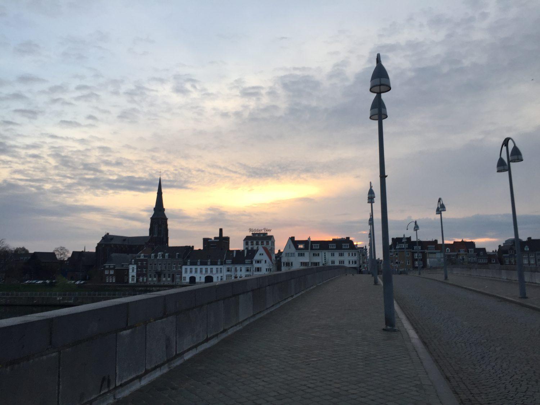夕暮れ時の石橋から