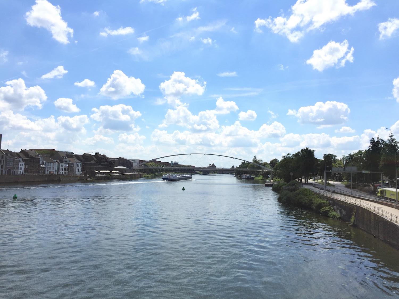 晴れた日のマース川