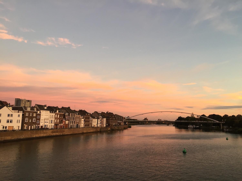 赤い夕暮れ時のマース川