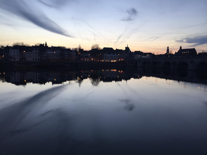 水面が綺麗な夕暮れ時のマース川